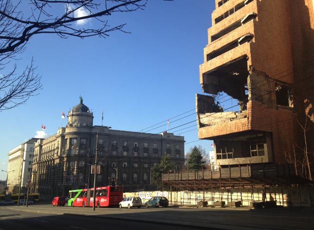Officielle bygninger og ruiner er stadig naboer i Beograd.