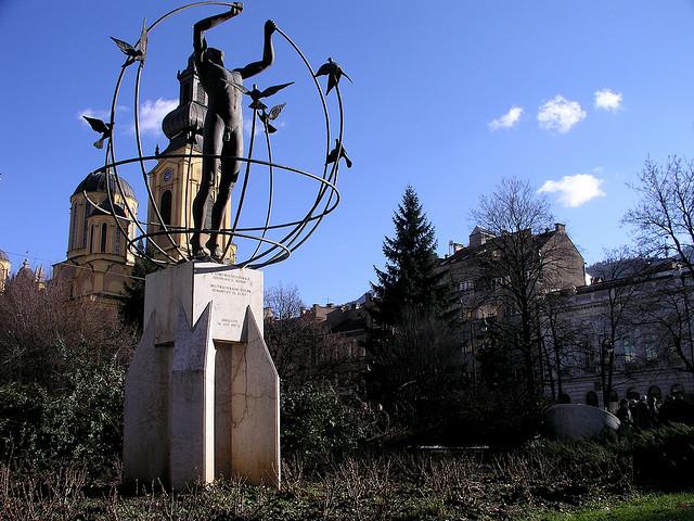 """Skulpturen """"Det Multietniske Menneske"""" på Befrielsespladsen i Sarajevo er et af byens mange vartegn og bliver markedsført som et symbol på tolerance (Foto: Flickr Creative Commons / HiperOranz)"""