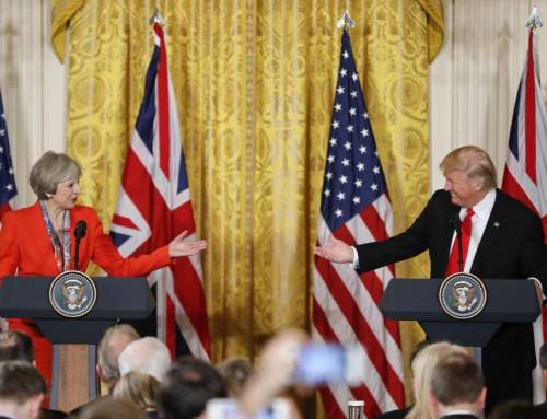 Trump både styrker og svækker May
